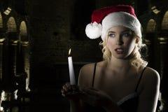 Il Babbo Natale nello scuro con la candela Fotografie Stock Libere da Diritti