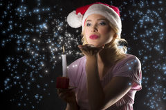 Il Babbo Natale nello scuro con la candela Immagine Stock
