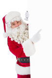 Il Babbo Natale sorridente che indica manifesto Fotografie Stock Libere da Diritti
