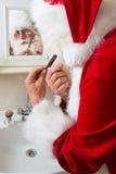 Il Babbo Natale sta radendosi Fotografia Stock Libera da Diritti