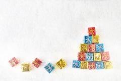 Il Babbo Natale su una slitta Albero di Natale decorativo fatto dai piccoli regali Fotografia Stock Libera da Diritti