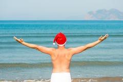 Il Babbo Natale sulla vacanza in mare che gode della libertà Immagini Stock