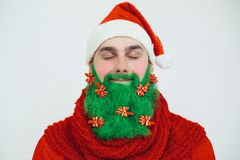 Il Babbo Natale in vestiti rossi con la barba verde sorride Fotografia Stock Libera da Diritti