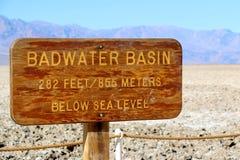 Il bacino di Badwater firma dentro il parco nazionale di Death Valley, la California, U.S.A. Immagine Stock