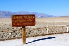 Il bacino di Badwater firma dentro il parco nazionale di Death Valley, la California, U.S.A. Fotografie Stock Libere da Diritti