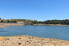 Il bacino idrico dell'insenatura di Pykes a Myrniong, costruito fra 1908 e 1911, è situato su un tributario del fiume di Werribee immagini stock libere da diritti