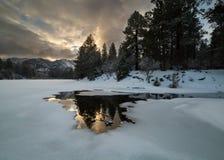 Il bacino idrico della valle del pino nell'Utah del sud principalmente è ghiacciato su questa mattina all'inizio di gennaio con a fotografia stock