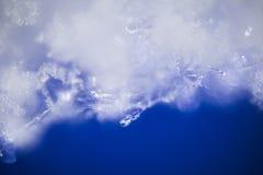 Il backgrond bianco e blu dai fiocchi di neve si chiude Immagine Stock Libera da Diritti