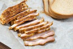 Il bacon inglese ha affettato con pane sulla carta kraft immagini stock libere da diritti
