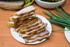 Il bacon inglese ha affettato su un piatto bianco immagine stock