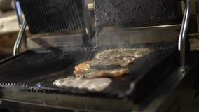Il bacon sulla griglia stock footage