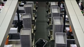 il bagaglio del passeggero 4K è mosso verso il nastro trasportatore nell'aeroporto del compartimento di bagagli archivi video