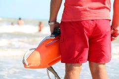 Il bagnino con il salvataggio può salvare i nuotatori nel caso di Fotografia Stock
