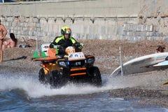 Il bagnino conserva il nuotatore Rescue in mare Immagine Stock