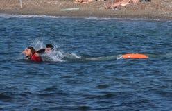 Il bagnino conserva il nuotatore Rescue in mare Fotografia Stock Libera da Diritti