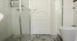 Il bagno pastello ed il nudo colora il bagno spettacolare video d archivio