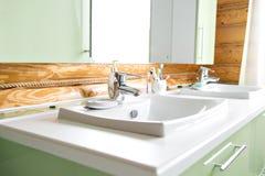 Il bagno in una cabina di ceppo rustica, nelle montagne con un bello interno casa dei ceppi del pino Fotografie Stock Libere da Diritti