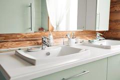 Il bagno in una cabina di ceppo rustica, nelle montagne con un bello interno casa dei ceppi del pino Fotografia Stock