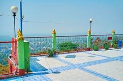 Il balcone di punto di vista presto di Oo Ponya Shin Paya Summit Pagoda, Sagaing fotografia stock libera da diritti