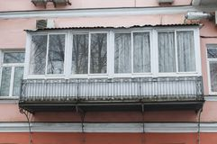 Il balcone lustrato di vecchia casa Immagini Stock Libere da Diritti