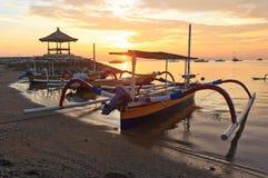 Il balinese tradizionale spedisce Jukung sulla spiaggia Immagine Stock Libera da Diritti