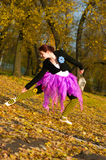Il ballerino balla in autunno Fotografie Stock