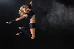 Il ballerino che salta mentre esegue la sua routine di ballo fotografia stock libera da diritti