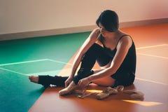 Il ballerino della giovane donna prepara per prepararsi Fotografia Stock Libera da Diritti