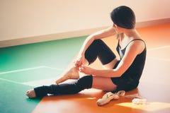 Il ballerino della giovane donna prepara per prepararsi Immagini Stock