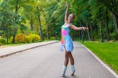 Il ballerino della ragazza sta sulle punte dei piedi, piroetta di balletto Fotografie Stock Libere da Diritti
