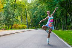 Il ballerino della ragazza sta sulle punte dei piedi, piroetta di balletto Fotografie Stock