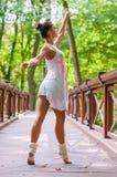 Il ballerino della ragazza sta sulle punte dei piedi, piroetta di balletto immagini stock