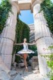 Il ballerino della ragazza sta sulle punte dei piedi, piroetta di balletto Fotografia Stock