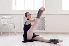 Il ballerino di balletto classico fa l'allungamento nella classe Fotografie Stock Libere da Diritti