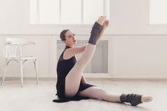 Il ballerino di balletto classico fa l'allungamento nella classe Immagini Stock Libere da Diritti