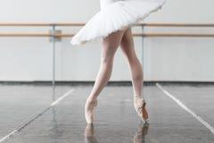 Il ballerino di balletto femminile tiene lo scaffale Fotografie Stock