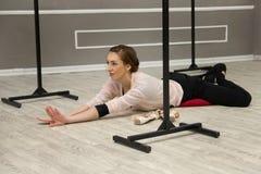 Il ballerino di balletto grazioso abbastanza giovane si scalda Immagine Stock