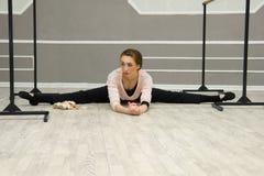 Il ballerino di balletto grazioso abbastanza giovane si scalda Immagini Stock