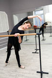 Il ballerino di balletto grazioso abbastanza giovane si scalda Fotografie Stock Libere da Diritti