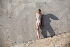 Il ballerino esile sta in una posa di balletto Fotografia Stock Libera da Diritti