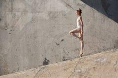 Il ballerino esile sta in una posa di balletto Fotografie Stock
