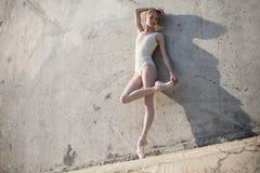 Il ballerino esile sta in una posa di balletto Fotografia Stock