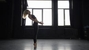 Il ballerino fa per stare su sul suo piede al rallentatore stock footage