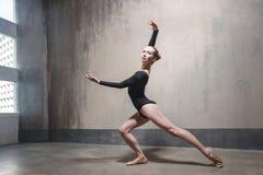 Il ballerino professionista gode del ballo fotografia stock