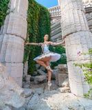 Il ballerino sexy sta sulle punte dei piedi, piroetta di balletto Fotografie Stock Libere da Diritti