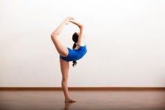 Il ballerino sveglio che prova alcuno si muove Fotografia Stock