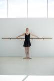 Il balletto di pratica della ballerina si muove alla sbarra Fotografia Stock