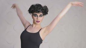 Il balletto di pratica nello studio, movimento lento della ragazza graziosa, fa piroette video d archivio