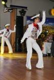 Il ballo che il centro ha eseguito dai ballerini, attori del marinaio delle troupe del teatro di varietà dello stato di St Peters Fotografie Stock