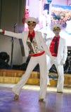 Il ballo che il centro ha eseguito dai ballerini, attori del marinaio delle troupe del teatro di varietà dello stato di St Peters Fotografia Stock